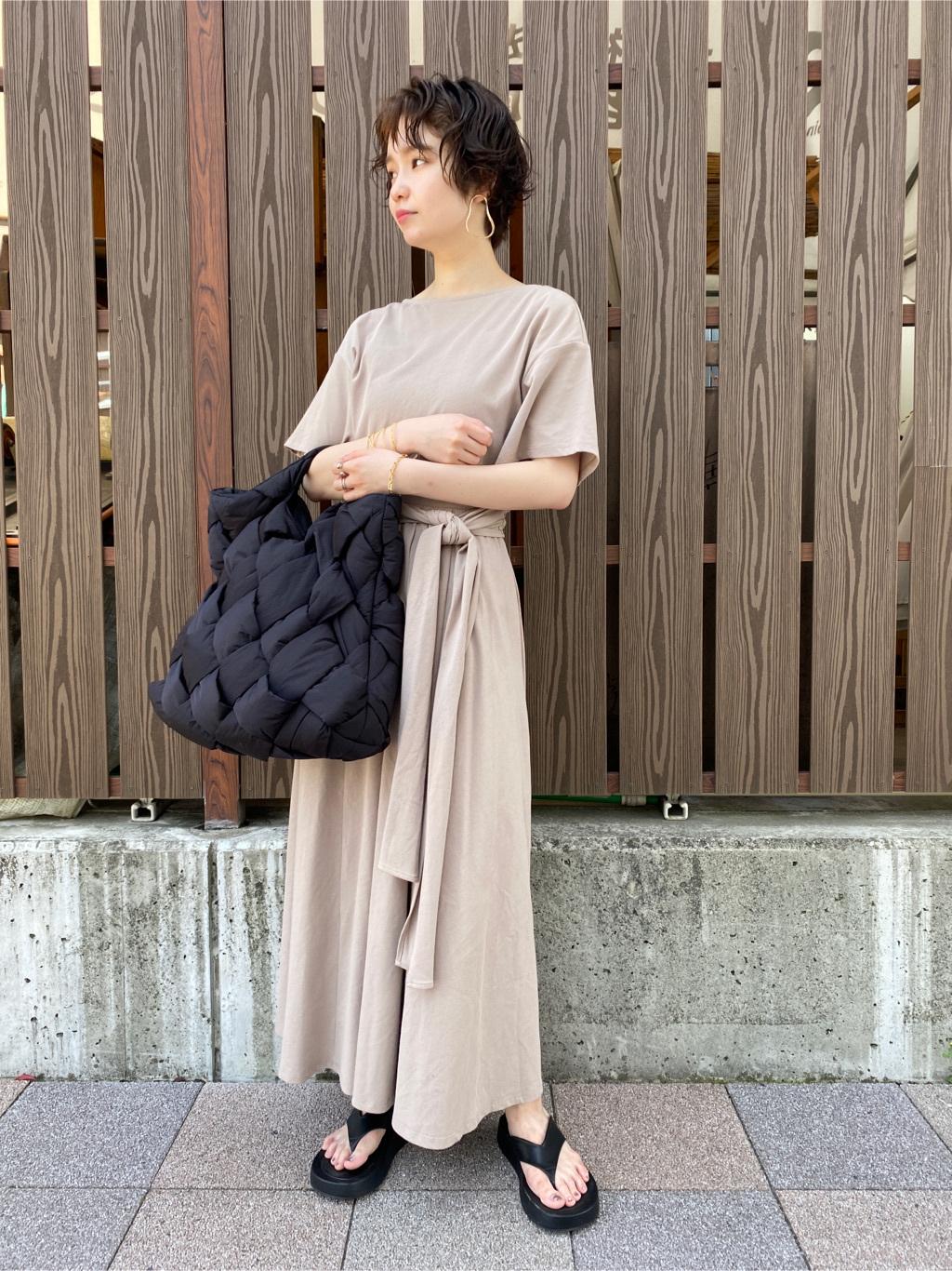 背後交叉領傘襬連身裙