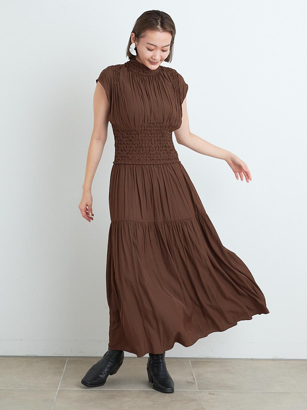 縮褶繡微高領連身裙