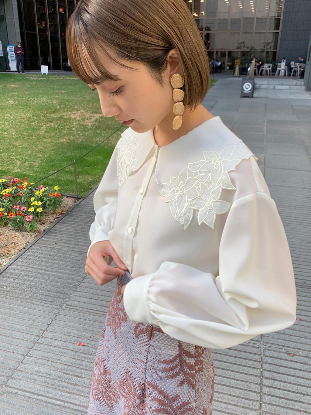花朵刺繡配色上衣