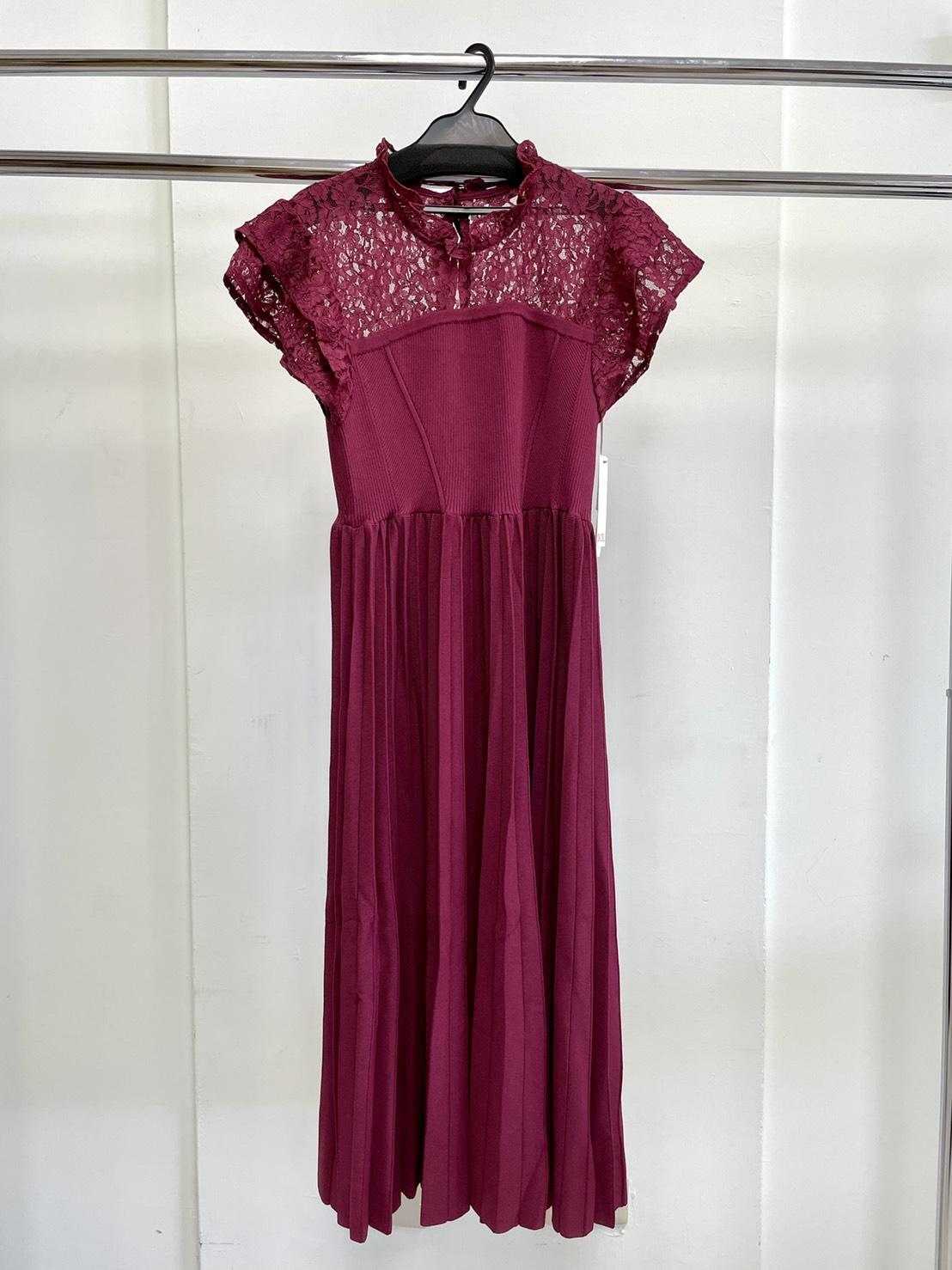 簍空蕾絲拼接百摺針織洋裝